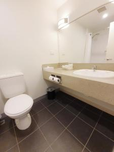A bathroom at Holiday Inn Melbourne Airport