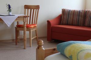 Ein Sitzbereich in der Unterkunft Gasthof Zum Hohen Lohr