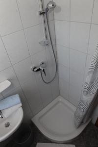 Ein Badezimmer in der Unterkunft Gasthof Zum Hohen Lohr
