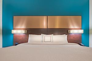 A bed or beds in a room at Residence Inn by Marriott Dallas at The Canyon