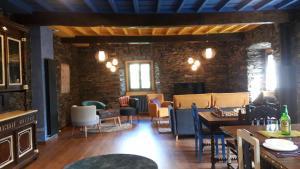 Un restaurante o sitio para comer en Apartamentos Rurales El Bosque de las Viñas