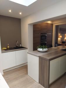 A kitchen or kitchenette at Huisje Tybary