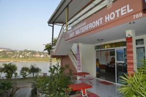 Ein Patio oder anderer Außenbereich in der Unterkunft Day Waterfront Hotel