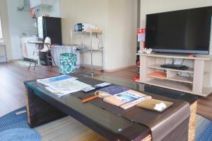 石垣島北部一棟貸しコテージあちみぃん(achimiin)にあるテレビまたはエンターテインメントセンター