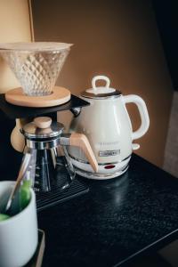 Coffee and tea-making facilities at Cityhotel Wood