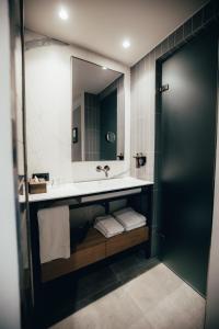 A bathroom at Cityhotel Wood