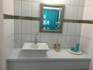 Um banheiro em Opa sml Cute beach apartment