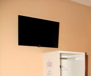 Uma TV ou centro de entretenimento em Hotel Santo Afonso