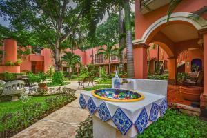 Un patio o zona al aire libre en Hacienda San Miguel Hotel & Suites
