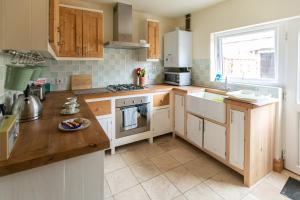 A kitchen or kitchenette at Charming terraced cottage close to Alton Towers