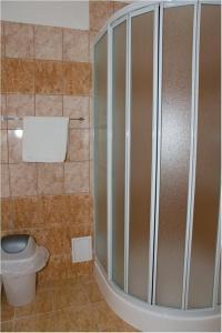 A bathroom at Hyde Park Hostel