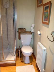 A bathroom at Avebury Life