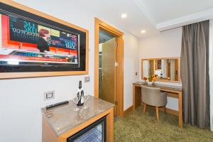 A television and/or entertainment centre at Bisetun Hotel