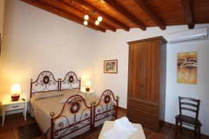 A bed or beds in a room at Serravalle Relais & Country Villa with private pool - Esclusive use