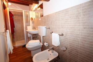A bathroom at Serravalle Relais & Country Villa with private pool - Esclusive use