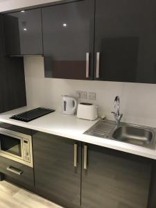 A kitchen or kitchenette at Fairchild House Studios
