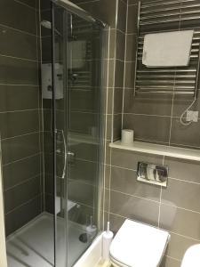 A bathroom at Fairchild House Studios