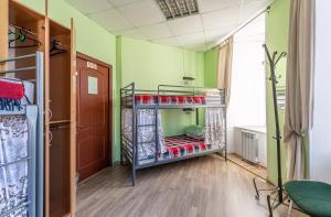 Двухъярусная кровать или двухъярусные кровати в номере Бугров Хостел