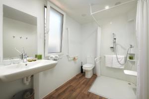 A bathroom at Medora Orbis Mobile Homes & Glamping