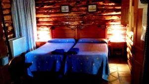 A bed or beds in a room at Cabañas Jimera de Líbar