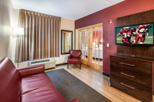 The lounge or bar area at Red Roof Inn PLUS+ Long Island - Garden City
