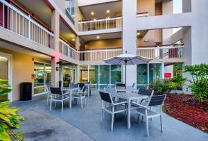 The lounge or bar area at Red Roof Inn PLUS+ Orlando - Convention Center / Int'l Dr
