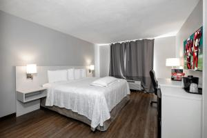 A room at Red Roof Inn PLUS+ Orlando - Convention Center / Int'l Dr