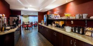 A restaurant or other place to eat at Red Roof Inn PLUS+ & Suites Malone
