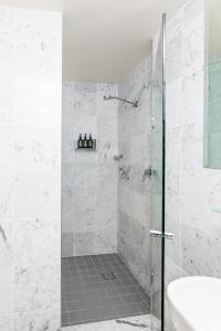 A bathroom at ibis Styles Port Macquarie
