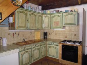 Cuisine ou kitchenette dans l'établissement Gite Le Francillon