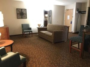 The lounge or bar area at Holiday Inn Express and Suites St. Cloud
