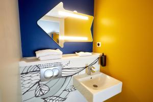 A bathroom at ibis budget Auxerre Centre