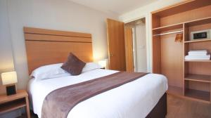 A bed or beds in a room at Crompton House Apartments