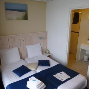 Een bed of bedden in een kamer bij Hotel De Leugenaar