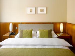 Un pat sau paturi într-o cameră la K+K Hotel Elisabeta