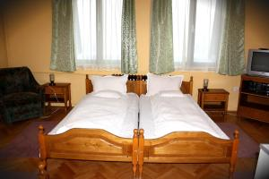 A bed or beds in a room at Hotel Tivoli