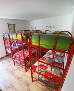 Una cama o camas cuchetas en una habitación  de Malevo Murana Hostel
