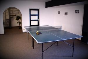 Tennis and/or squash facilities at Hotel Tivoli or nearby