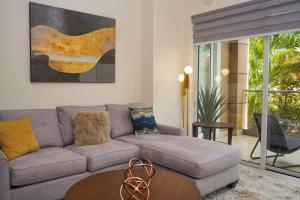 Uma área de estar em Modern apartment in levent in front of eagle beach