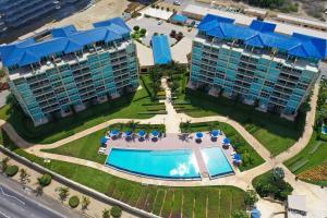 Uma vista aérea de Beachfront apartment with private jacuzzi