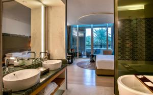 A bathroom at Park Hyatt Abu Dhabi Hotel and Villas