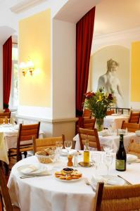 A restaurant or other place to eat at Hôtel Colombet