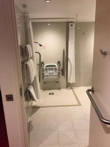 A bathroom at Holiday Inn London Kensington High St.