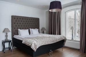 Säng eller sängar i ett rum på Hotell Slottsbacken