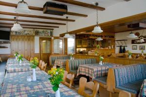 Ein Restaurant oder anderes Speiselokal in der Unterkunft Gasthof Rose