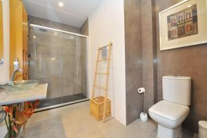 A bathroom at Cosy Bedrooms Guest House
