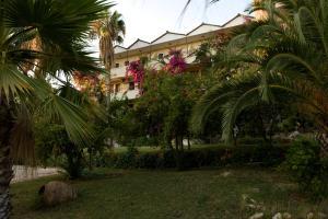 Jardín al aire libre en Pataros Hotel
