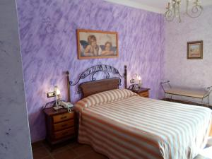 A bed or beds in a room at Hotel El Doncel