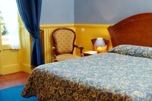 A bed or beds in a room at Hôtel Colombet