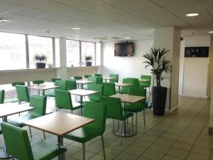 A restaurant or other place to eat at ibis budget Newport
